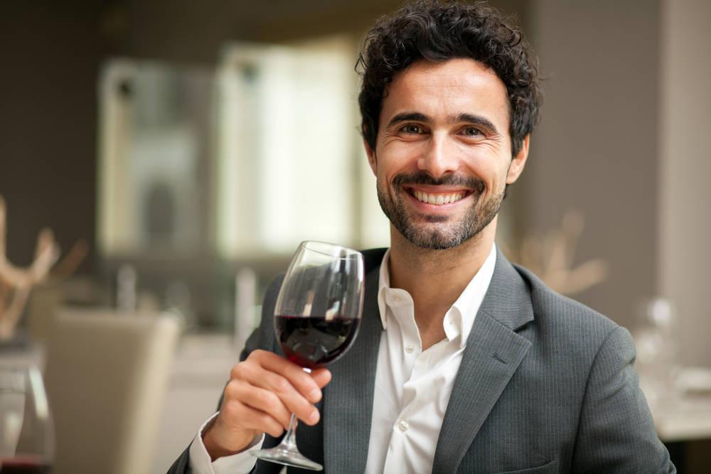 Por qué el vino debe tomarse en copa